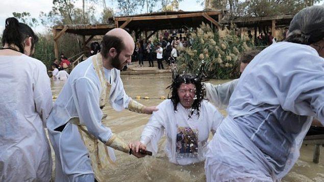 توضيحية: حجاج مسيحيون أرثوذكس يغطسون في نهر الأردن كجزء من حفل معمودية عيد الغطاس التقليدي في موقع قصر اليهود في 18 يناير 2018. (Yaniv Nadav/Flash90)