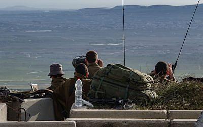 جنود إسرائيليون في نقطة عسكرية تطل على الحدود مع سوريا، في هضبة الجولان، في أعقاب تحطم طائرة اف-16 في شمال إسرائيل، 10 فبراير، 2018. (Flash90)