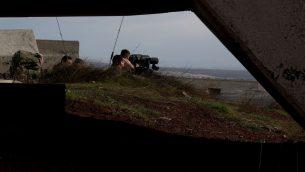 جنود اسرائيليون يراقبون الحدود السورية من موقع عسكري في مرتفعات الجولان، في اعقاب سلسلة اشتباكات جوية مع قوات سورية وإيرانية  في سوريا، 10 فبراير 2018 (Flash90)