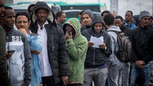 طالبو لجوء أفارقة ينتظزون لساعات في محاولة لتقديم طلبات لجوء في مكاتب سلطة السكان والهجرة والحدود في بني براك، إسرائيل، 13 فبراير، 2018. (Miriam Alster/Flash90)