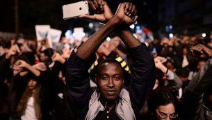 طلبو لجوء افريقيين ونشطاء حقوق انسان يتظاهرون ضد الترحيل في تل ابيب، 21 فبراير 2018 (Tomer Neuberg/Flash90)