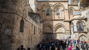 أشخاص يحتشدون من أمام الأبواب المغلقة لكنيسة القيامة في البلدة القديمة في القدس، 25 فبراير، 2018. (Hadas Parush/Flash90)