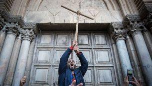 متظاهرون يحتجون من أمام الأبواب المغلقة لكنيسة القيامة في البلدة القديمة في مدينة القدس، 27 فبراير، 2018. (Yonatan Sindel/Flash90)