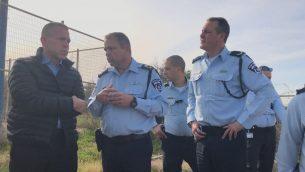 وزير الامن العام جلعاد اردان مع مسؤولين رفيعين في الشرطة، خلال تدريب في جنوب البلاد، 4 فبراير 2018 (Israel Police)