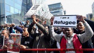 """متظاهرون إريتريون يهتفون """"لاجئون، وليس متسللين""""، من أمام السفارة الرواندية في هرتسليا، 22 يناير، 2018. (Melanie Lidman/Times of Israel)"""