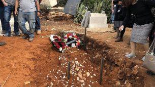 قبر الحاخام ايتمار بن غال، ضحية هجوم طعن فلسطيني، بعد تشييع جثمانه في مستوطنة هار براخا في الضفة الغربية، 6 فبراير 2018 (Jacob Magid/Times of Israel)