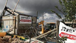 جرافة تهدم متجر الخشب في بؤرة نتيف هآفوت الاستيطانية غير القانونية، 29 تشرين الثاني / نوفمبر 2017. (Jacob Magid/Times of Israel)