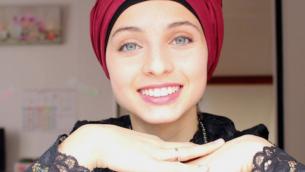 """منال ابتسام تؤدي """"هاليلويا"""" في النسخة الفرنسية من برنامج """"ذا فويس"""". (Facebook via JTA)"""
