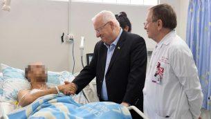 الرئيس رؤوفن ريفلين يزور طياري الجيش الإسرائيلي اللذان اصيبا في اسقاط طائرة اف-16 اسرائيلية خلال عودتها من سوريا، 11 فبراير 2018 (Mark Neiman/GPO)