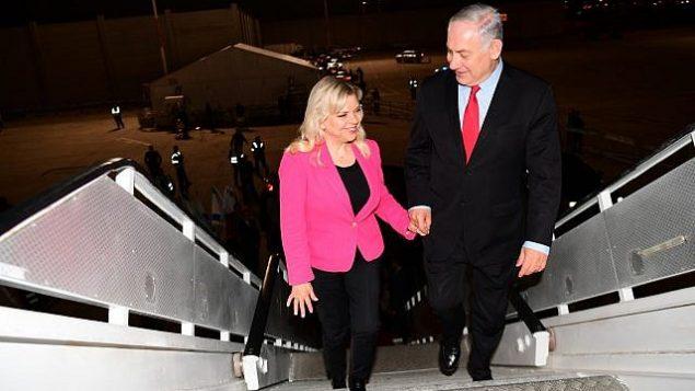 رئيس الوزراء بينيامين نتنياهو وزوجته سارة يصعدان الطائرة في مطار بن غوريون قبل التوجه إلى ميونيخ، 15 فبراير، 2017. (Amos Ben Gershom/GPO)