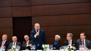 يخاطب رئيس الوزراء بنيامين نتنياهو، في المركز، عشرات من كبار رجال الأعمال، بمن فيهم كريستين لاغارد، رئيسة صندوق النقد الدولي، يمين الوسط، وتشجيعهم على الاستثمار في إسرائيل، قبل مؤتمر الأمن في ميونيخ، 16 فبراير / شباط 2018. (Amos Ben Gershom/GPO)