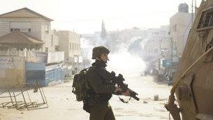 القوات الإسرائيلية خلال عملية في منطقة جنين في 3 فبراير، 2018 سعيا وراء أحمد جرار، المشتبه به في قتل الحاخام رازيئل شيفاح. (Israel Defense Forces)