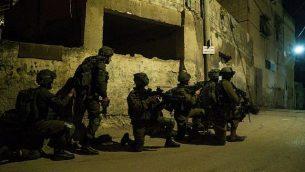 توضيحية: جنود إسرائيليون خلال عملية بحث عن منفذي الهجوم الذي أسفر عن مقتل الحاخام الإسائيي رازيئل شيفاح في قرية برقين شمال الضفة الغربية، 4 فبراير، 2018. (الناطق باسم الجيش الإسرائيلي)