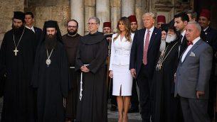 قادة الكنيسة يجتمعون حول الرئيس الأمريكي دونالد ترامب وزوجته ميلانيا في كنيسة القيامة في البلدة القديمة في القدس خلال زيارة ترامب إلى المدينة في 22 مايو 2017. يمكن رؤية البطريرك الأرثوذكسي اليوناني إلى يسار الرئيس. (Nati Shohat/Flash90)
