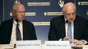ستيفن غرينبرغ، من اليسار، ومالكولم هونلاين، من قادة مؤتمر الرؤساء للمنظمات اليهودية الأمريكية الكبرى، في مؤتمر صحفي في القدس، 18 فبراير، 2016. (COP/Avi Hayun)