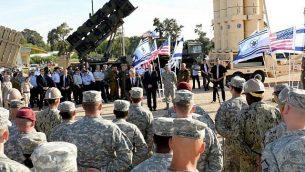 وزير الدفاع الأمريكي تشاك هيغل يتحدث مع جنود إسرائيليين وأمريكيين خلال مناورة 'جونير كوبرا' العسكرية الشتركة في 14 مايو، 2014.(Matty Stern/US Embassy/Flash90)