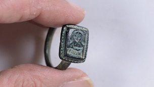 الخاتم الذي عثر عليه ديكل بن شطريت ويُعتقد أنه يحمل صورة للقديس نيقولاس يحل عصا الأساقفة. (Clara Amit, Israel Antiquities Authority)
