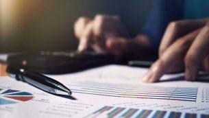 صورة توضيحية لشخص الذي يعمل على الضرائب. (wutwhanfoto, iStock by Getty Images)