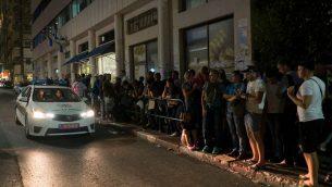 طالبو لجوء افريقيين ينتظرون خارج مكاتب سلطة الهجرة في تل ابيب، 29 سبتمبر 2017 (Luke Tress/Times of Israel)