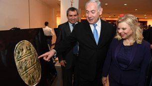 رئيس الوزراء بنيامين نتنياهو وزوجته سارة يجولان في معرض حول تاريخ القدس في مقر الأمم المتحدة في نيويورك يوم الخميس 8 مارس 2018. (Haim Zach / GPO)