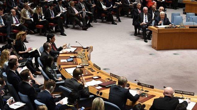 رئيس السلطة الفلسطينية محمود عباس (من اليمين) يتحدث أمام مجلس الأمن التابع للسلطة الفلسطينية، في 20 فبراير، 2018. (AFP Photo/Timothy A. Clary)