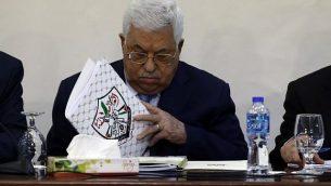 رئيس السلطة الفلسطينية محمود عباس يحضر لقاء للمجلس الثوري لحركة فتح في رام الله، 1 مارس 2018 (AFP Photo/Abbas Momani)