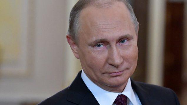 صورة تم التقاطها في 8 مارس، 2016 للرئيس الروسي فلاديمير بوتين خلال تقديمه التهاني للنساء الروسيات بمناسبة يوم المرأة العالمي. (AFP PHOTO / SPUTNIK / Alexey NIKOLSKY)