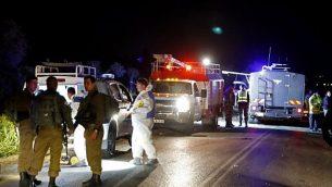 قوات الأمن الإسرائيلية وخبراء الطب الشرعي في موقع هجوم السيارة على الجنود الإسرائيليين بالقرب من مستوطنة ميفو دوتان في الضفة الغربية في 16 مارس، 2018. (AFP Photo / Jack Guez)