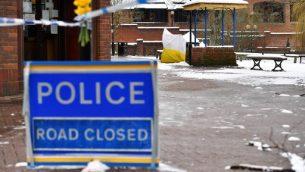 تغطي خيمة وقائية مقعدًا في حديقة في مركز مالتينغز للتسوق في سالزبوري، جنوب إنجلترا في 19 مارس 2018، حيث تستمر التحقيقات فيما يتعلق بهجوم غاز أعصاب في المدينة يوم 4 مارس. (Ben STANSALL/AFP)