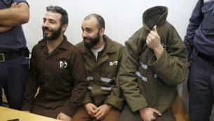 المواطن الفرنسي روماين فرانك (يمين)، الموظف في القنصلية الفرنسية، والفلسطينيان موفق العجلوني (يسار) ومحمد قطوط في المحكمة في حيفا، 19 مارس 2018 (AFP PHOTO / JACK GUEZ)