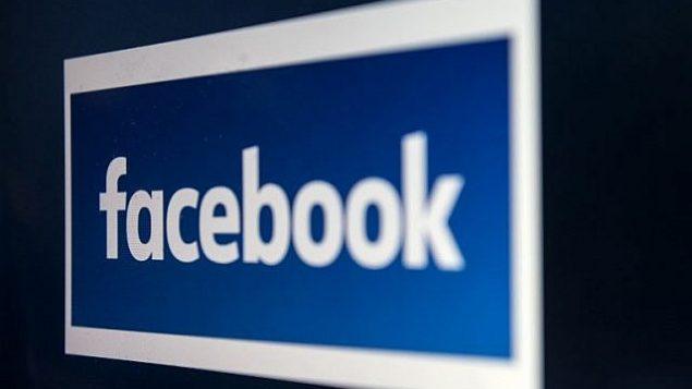 شاشة كمبيوتر تعرض شعار موقع التواصل الاجتماعي 'فيسبوك'، تم التقاط الصورة في مدينة مانشستر الأنجليزية، 22 مارس، 2018. (AFP Photo/Oili Scarff)