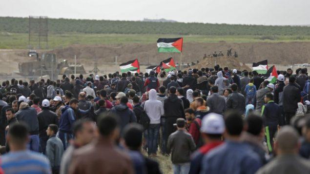 فلسطينيون يتظاهرون بالقرب من الحدود مع اسرائيل، شرقي مدينة غزة، في يوم الاربض، 30 مارس 2018 (MAHMUD HAMS / AFP)