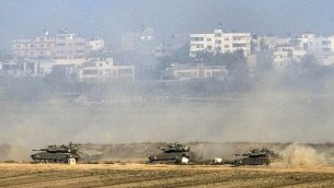 توضيحية: دبابات 'مركافا' الإسرائيبلية تقصف قطاع غزة من داخل الأراضي الإسرائيلية في 20 يوليو، 2014. (AFP/JACK GUEZ)
