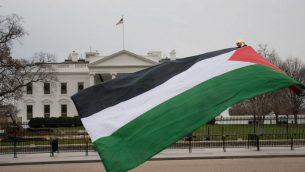 علم فلسطيني يرفرف أمام البيت الأبيض يوم 8 ديسمبر / كانون الأول 2017 في واشنطن العاصمة احتجاجا على إعلان الرئيس الأمريكي دونالد ترامب القدس عاصمة لإسرائيل. (AFP PHOTO / mari matsuri)