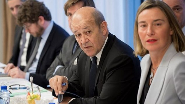 وزير الخارجية الفرنسي جان إيف لو دريان قبل اجتماع بين وزير الخارجية الإيراني ووزيرة خارجية الإتحاد ووزراء خاجرية بريطانيا وألمانيا وفرنسا في مقر الإتحاد الأوروبي في بروكسل، 11 يناير، 2018. (AFP PHOTO / JOHN THYS)