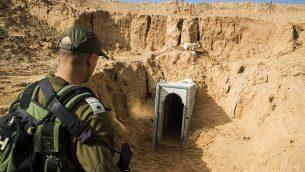 ضابط إسرائيلي ينظر إلى نفق مدمر لحركة الجهاد الإسلامي، امتد من غزة إلى داخل إسرائيل، بالقرب من كيبوتس كيسوفيم. (Jack Guez/AFP/POOL)