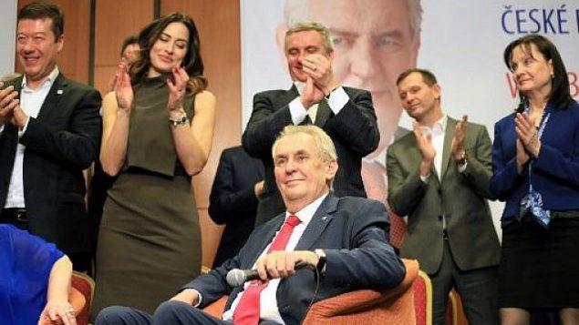 الرئيس التشيكي المؤيد لروسيا ميلوس زيمان (الشخص الجالس في الصورة) خلال احتفاله مع طاقم موظفيه بإعادة انتخابه رئيسا، 27 يناير، 2018، في فندق 'توب' في براغ. (AFP / RADEK MICA)