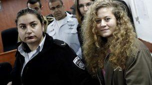 عهد التميمي تصل إلى بداية محاكمتها في المحكمة العسكرية في عوفر في الضفة الغربية في 13 فبراير / شباط 2018. (Thomas Coex/AFP)