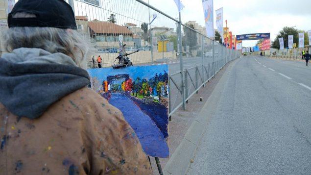 رجل يرسم خد النهائية في ماراثون القدس الدولي، 9 مارس 2018 (Flash90 via Jerusalem municipality)