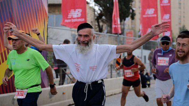 عداؤون يشاركون في ماراثون القدس الدولي، 9 مارس 2018 (Flash90 via Jerusalem municipality)