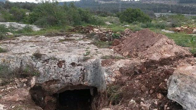 الدمار في قرية رومانية في الجليل يعودة تاريخها إلى 2000 عام وفتحة كهف دفن تم الكشف عليه بواسطة جرافة. (Nir Distelfeld, Israel Antiquities Authority)