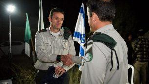 رئيس المخابرات العسكرية الجنرال هرتسل هليفي يمنح قائد الوحدة 504 بإشادة رسمية في مارس 2018. لأسباب أمنية، يتم تصنيف هوية القائد. (Israel Defense Forces)