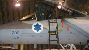 طيار طائرة مقاتلة من طراز  F-15I، من السرب ال69 في سلاح الجو الإسرائيلي، يدخل طائرته قبل عملية لقصف المفاعل النووي السوري في دير الزور، 5 سبتبمر، 2007. (الجيش الإسرائيلي)