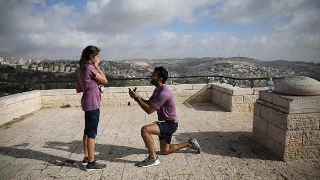عداء يطلب يد امرأة على هامس ماراثون القدس الدولي، 9 مارس 2018 (Flash90 via Jerusalem municipality)