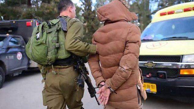 جندي إسرائيلي يعتقل مشتبها به بعد مداهمة في مدينة نابلس في الضفة الغربية، 18 مارس، 218. (المتحدث باسم الجيش الإسرائيلي)