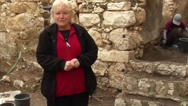 عالمة الآثار إيلات مزار في 2018 في موقع الحفريات أوفيل في القدس. (لقطة شاشة YouTube)
