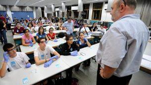توضيحية: طلال إسرائيليون يشاركون في تجرية كيمياء جماعية في جامعة تل أبيب في 22 سبتبمر، 2011. (Gili Yaari/Flash90)