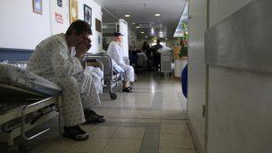 مريض اسرائيلي في مستشفى بارزيلاي في اشكلون، جنوب اسرائيل، 15 فبراير 2012 (Tsafrir Abayov/Flash90)