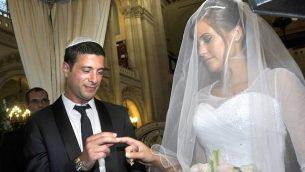 للتوضيح: زوجان يهوديان خلال مراسم حفل زفافهما في كنيس في باريس، فرنسا، 21 يوليو 2013. (Serge Attal/Flash90/via JTA)