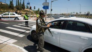 حاجز للشرطة (Yonatan Sindel/Flash90)